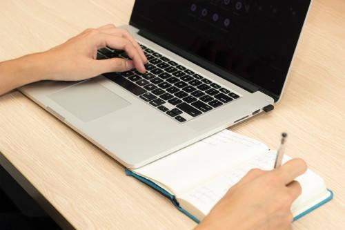Laptop mit Schreibblock